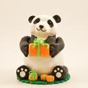 Panda maci születésnapi tortadísz, Dekoráció, Mindenmás, Ünnepi dekoráció, Furcsaságok, Gyurma, Szobrászat, Ékszergyurmából készült cuki panda ajándékdobozokkal. Kedves és maradandó dísz születésnapi tortára..., Meska