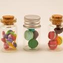 Kicsi üvegek mini nyalókákkal és makaronokkal töltve, Apró üvegek, ékszergyurmából készült nyaló...