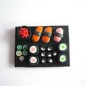 Sushi hűtőmágnes ékszergyurmából, Sushi-imádóknak szuper ajándék ez a különleg...