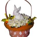 Húsvéti dekorációs nagy kosár, Húsvéti díszek, Narancssárga fonott, tollas kosár, egy ülő nyuszival a fehér fokföldi selyem ibolyák tengerében. Hun..., Meska
