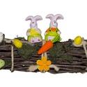 Natúr húsvéti dekoráció, Húsvéti díszek, Asztaldísz, Húsvéti asztaldísz vessző alapon, kerámia ülő nyulakkal, hungarocell tojásokkal, répával.  Teljes ho..., Meska