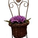 Virágtartó állvány, Dekoráció, Natúr kaspó vessző fém szék vázzal 19*17*39 cm. A kaspóba selyem fokföldi ibolyát ültettem, Meska