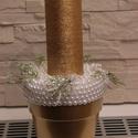 Gyöngyös dísz, Dekoráció, Karácsonyi, adventi apróságok, Ünnepi dekoráció, Karácsonyi dekoráció, Az arany kaspót fehér gyöngyökkel díszítettem, mely arany magas tömb gyertyát kapott., Meska
