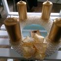 Gyöngyös koszorú, Dekoráció, Karácsonyi, adventi apróságok, Ünnepi dekoráció, Karácsonyi dekoráció, Fehér és beige gyöngyökkel díszített koszorú arany gyertyákkal. Megvásárolható üvegtáll..., Meska