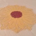 sárga napraforgó virág asztal terítő, lakás dekoráció, Dekoráció, Bútor, Dísz, Asztal, Horgolás, Ez a sárga napraforgó virág terítő bordó középrésszel készült. Átmérője 28 cm. Tavaszi  hangulatot ..., Meska