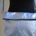 Ezüst oldaltáska, A táska ezüst műbőrből készült. 23x28 cm-s ...
