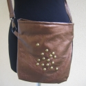 Bronz oldaltáska, A táska bronz műbőrből készült. 23x26 cm-s h...
