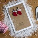 Képeslap csiptetett zoknikkal, Dekoráció, Karácsonyi, adventi apróságok, Naptár, képeslap, album, Ünnepi dekoráció, Ajándékkísérő, képeslap, Képeslap, levélpapír, Papírművészet, Varrás, Álló képeslap, csukott méret: 120x170mm. Belseje üres, megírható, a mellékelt borítékben postára ad..., Meska