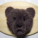 Pompom medve fatáblán, Dekoráció, Otthon, lakberendezés, Férfiaknak, Falikép, Mackó, medve, maci, Pomimaci, pompommaci, grizzly, barnamedve, macó, macika. Kinek ahogy tetszik?  A..., Meska