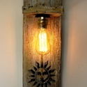 REKREDENC - Vintage fa falilámpa Edison izzóval, Dekoráció, Otthon, lakberendezés, Lámpa, Fali-, mennyezeti lámpa, Famegmunkálás, Festett tárgyak, Régi falapból, shabby chic technikával készült falilámpa, dekoratív Edison izzóval, arany színű vez..., Meska