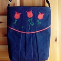 Tulipános női táska, Táska, Válltáska, oldaltáska, Foltberakás, Varrás, A táska sötétkék farmervászonból készült, az eleje színes pamutvászon applikációval, gépi és/vagy k..., Meska