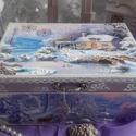 házikó a havas tisztáson - karácsonyi nosztalgia doboz, Dekoráció, Otthon, lakberendezés, Tárolóeszköz, Doboz, 2018. karácsony!  A doboz alapanyaga fa, tartóssága érdekében több soron lakkozott. Mérete: 21 cm. x..., Meska