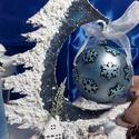 karácsonyi asztaldísz gömbbel, Dekoráció, Karácsonyi, adventi apróságok, Otthon, lakberendezés, Ünnepi dekoráció, Alapanyaga: fa Mérete: 25 x 25 cm. , Meska