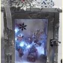 világító karácsonyi falu - mécsestartóban, Dekoráció, Karácsonyi, adventi apróságok, Ünnepi dekoráció, Karácsonyi dekoráció, Mérete:: 33 cm. x 16 cm. x 16 cm. A fénysor 2 db. gombelemmel működik. Aki belekukkant, igazi, kis k..., Meska
