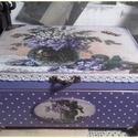 lila álom - nosztalgia doboz, Dekoráció, Otthon, lakberendezés, Tárolóeszköz, Doboz, A doboz mérete: 20 cm. x 16 cm. x 9 cm.  Alapanyaga fa.  Fém lábakkal díszített. Fogantyúja lila kőv..., Meska