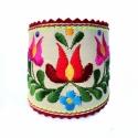 Hímzett matyó motívumos karkötő , Natúr kecskebőr alapon színes hímzés, piros f...