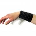 Lakk karkötő, Ékszer, óra, Karkötő, Fekete lakkbőr alapra kézzel van rávarrva egy műanyag félgömbökből álló háló. 3 db patenttal záródik..., Meska