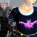 Denevéres ruha, Ruha, divat, cipő, Női ruha, Fekete strech pamut viszkóz alapon lila metál denevéres szitanyomat,a ruha alsó részén cirkusz..., Meska