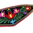 Hímzett matyó motívumos karkötő , Fekete kecskebőr alapon színes hímzés, piros f...