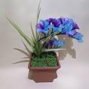 Pyxis 18, Otthon & Lakás, Dekoráció, Csokor & Virágdísz, Virágkötés, Pyxis 18  Frézia a nevem, kék és lila a színem. Leveleim műanyagok, melyekkel katicákat hívogatok! ..., Meska