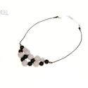 Fekete-fehér gyöngy medálos nyaklánc, Ékszer, Nyaklánc, Ékszerkészítés, Fekete és fehér fényes gyöngyből, különleges fűzési technikával készült nyaklánc, melyet fekete zsi..., Meska