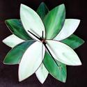 Zöld szirmok nem kell Tiffany falióra ketyegés nélküli (sweep) óraszerkezettel, Otthon, lakberendezés, Dekoráció, Falióra, óra, Ez a Tiffany óra saját tervem alapján, kétféle zöld üvegből készült, így színében és f..., Meska