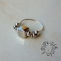 Kockás gyűrű, Ékszer, óra, Gyűrű, Ezüst színű kocka áll a gyűrű középpontjában, mellette a kontrasztért az ezüst színű gömböcskék a fe..., Meska