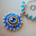 Mandala medálos nyaklánc, Ékszer, óra, Medál, Nyaklánc, Ékszerkészítés, Gyöngyfűzés, Ragyogó - különböző méretű és árnyalatú- kék swarovski kövek varázsolják el a medálra irányuló teki..., Meska