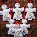 Angyalkák- karácsonyfadísz, Karácsonyi, adventi apróságok, Karácsonyfadísz, Karácsonyi dekoráció, Ajándékkísérő, képeslap, Hímzés, Varrás, Filcből varrtam, arany mintás karácsonyi textillel díszítettem ezeket az angyalkákat. Méretük 8 cm ..., Meska
