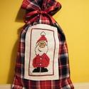 Mikulás zsák hímzett Mikulással, Dekoráció, Karácsonyi, adventi apróságok, Ünnepi dekoráció, Ajándékzsák, Kockás flanel anyagból varrt, keresztszemes hímzéssel díszített zsák. Mérete: 16*29 cm., Meska