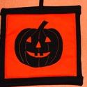 Edényfogó halloween motívummal, Konyhafelszerelés, Edényfogó, Halloween tök motívummal díszített edényfogó akasztóval. Bélése vékony szivacslap, mérete..., Meska