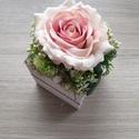 Vintage rózsa fa kaspóban , Fehér fa kaspó mérete 8x9x9cm. Virággal kb 15c...