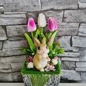 Tulipános asztaldísz nyuszival, 27cm magas asztaldísz.  Lila/ fehér gumitulipán...
