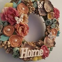 Tavaszi ajtódísz, kopogtató HOME felirattal, Dekoráció, Otthon, lakberendezés, Ajtódísz, kopogtató, Koszorú, Virágkötés, 20 cm-es szalma alapra készült tavaszi ajtódísz. A szalmaalapot szatén szalaggal vontam be, utána g..., Meska