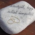 Köszönőajándék, felirattal és domború karikagyűrűkkel. :-) , Esküvő, Meghívó, ültetőkártya, köszönőajándék, Decoupage, transzfer és szalvétatechnika, Hófehér kő (kövek), melyet feliratozok és arany színű, összefonódó, domború karikagyűrűket dekopázs..., Meska