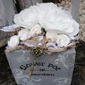 Shabby, rózsás dekoráció. :-), Dekoráció, Asztaldísz, Virágkötés, Elegáns Shabby  asztaldísz, szürkével és hófehérrel. A festett, fa dobozt fehér inda mintával díszí..., Meska