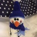 Horgolt Hóember, Képzőművészet, Játék, Karácsonyi, adventi apróságok, Karácsonyi dekoráció, Horgolás, Merete:17 cm. Ez a kis Hóember várja hogy leendő gazdájával együtt egy meleg kakaó mellett nézze az..., Meska