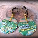 Nyomtatott áramkörből fülbevaló, Ékszer, óra, Fülbevaló, Ékszerkészítés, Újrahasznosított alapanyagból készült termékek, Nyomtatott áramkör lapból készítettem egy 2 cm átmérőjű kerek fülbevalót. Gyantával bevonatoltam, a..., Meska