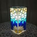 Margarétás üvegmozaik lámpa, Dekoráció, Otthon, lakberendezés, Lámpa, Hangulatlámpa, Hasáb üveglámpa alapra készítettem ezt a margarétás hangulatlámpát. Az üvegmozaik kék  á..., Meska