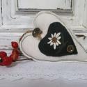 Akció!!! Havasi gyopáros szív, Dekoráció, Mindenmás, Otthon, lakberendezés, Dísz, Lenvászonból készült szív. Havasi gyopár virág rátéttel és gombbal díszítve. Vatelinnal töltve. 16 c..., Meska