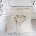 Romantikus gyűrűpárna, Esküvő, Gyűrűpárna, Romantikus rózsa szívfüzérrel díszített gyűrűpárna,mely apró keresztszemes hímzéssel készült. Méret:..., Meska