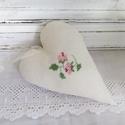 Rózsás dekorációs szív, Dekoráció, Esküvő, Otthon, lakberendezés, Romantikus dekorációs szív rózsával,mely keresztszemes hímzéssel készült. Méret.15 cm., Meska