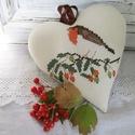 Vörösbegy dekorációs szív, Dekoráció, Otthon, lakberendezés, Őszi hangulatú dekorációs szív vörösbegy mintával,amely keresztszemes hímzéssel készült. Hátoldala s..., Meska