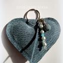 Bőr kulcstartó szív, Ékszer, Mindenmás, Kulcstartó, Kék kulcstartó szív: bőrből, töltőanyaggal megtöltve. ~ 9x8 cm, gyöngy díszítéssel, kulc..., Meska