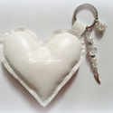 Bőr szív kulcstartó vagy táskadísz, angyalszárny, Ékszer, Mindenmás, Táska, Kulcstartó, Fehér kulcstartó szív puha bőrből, töltővatelinnel megtöltve. A táskádat is díszítheted ..., Meska