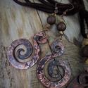 Réz fülbevaló, Ékszer, Fülbevaló, Kovácsolt réz fülbevaló pár ásványgyöngy díszítéssel (szezámjáspis).  Kovácsolással k..., Meska
