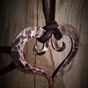 Réz szív medál, Ékszer, Medál, Nyaklánc, Fémmegmunkálás, Kovácsolt réz szív alakú medál barna bőrszíjjal. Kovácsolással készített, tűzben hevített, kalapácc..., Meska