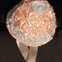 Menyasszonyi örökcsokor, Esküvő, Esküvői csokor, Mindenmás, Virágkötés, Selyemszalagból készült fehér és bézs virágokkal díszitett örökcsokor.A virágok közepét fehér gyöng..., Meska