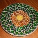 mozaikos üvegtálka, Dekoráció, Mindenmás, Üvegművészet, egy üvegtálkát mozaikkal díszítettem. Középre apró gyöngyöket, köré pedig többféle zöld és narancss..., Meska
