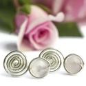 Rózsakvarc fülbevaló, Ékszer, Esküvő, Fülbevaló, Esküvői ékszer, 6mm-es rózsakvarc ásványgyöngy ezüstözött dróttal betekerve szilikon stopperrel.  Nikkelmentes éksze..., Meska